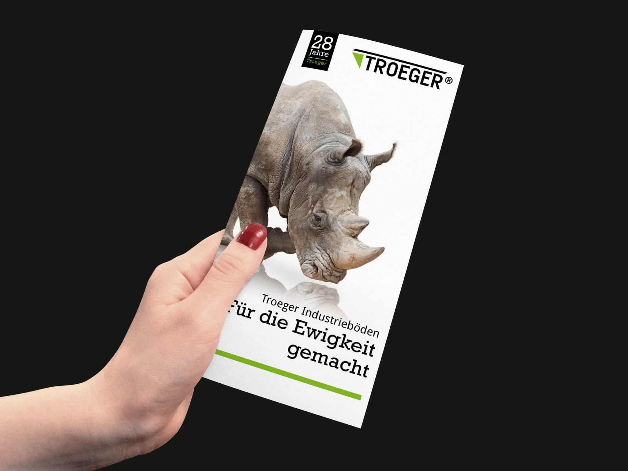 Werbung Vorderseite Folder in der Hand