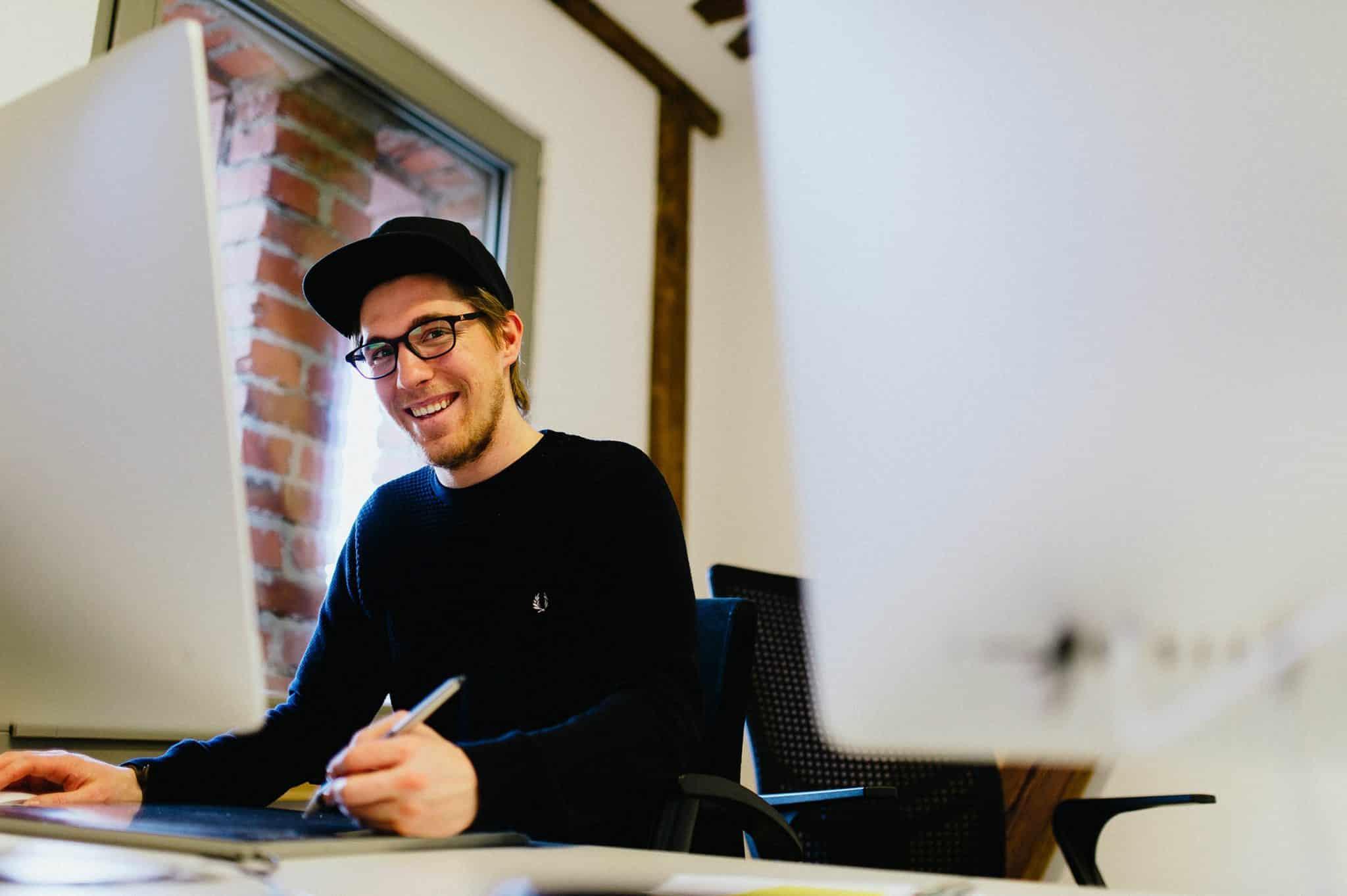 Designer der Agentur Heldenstreich arbeitet an einem Emnployer Branding Projekt