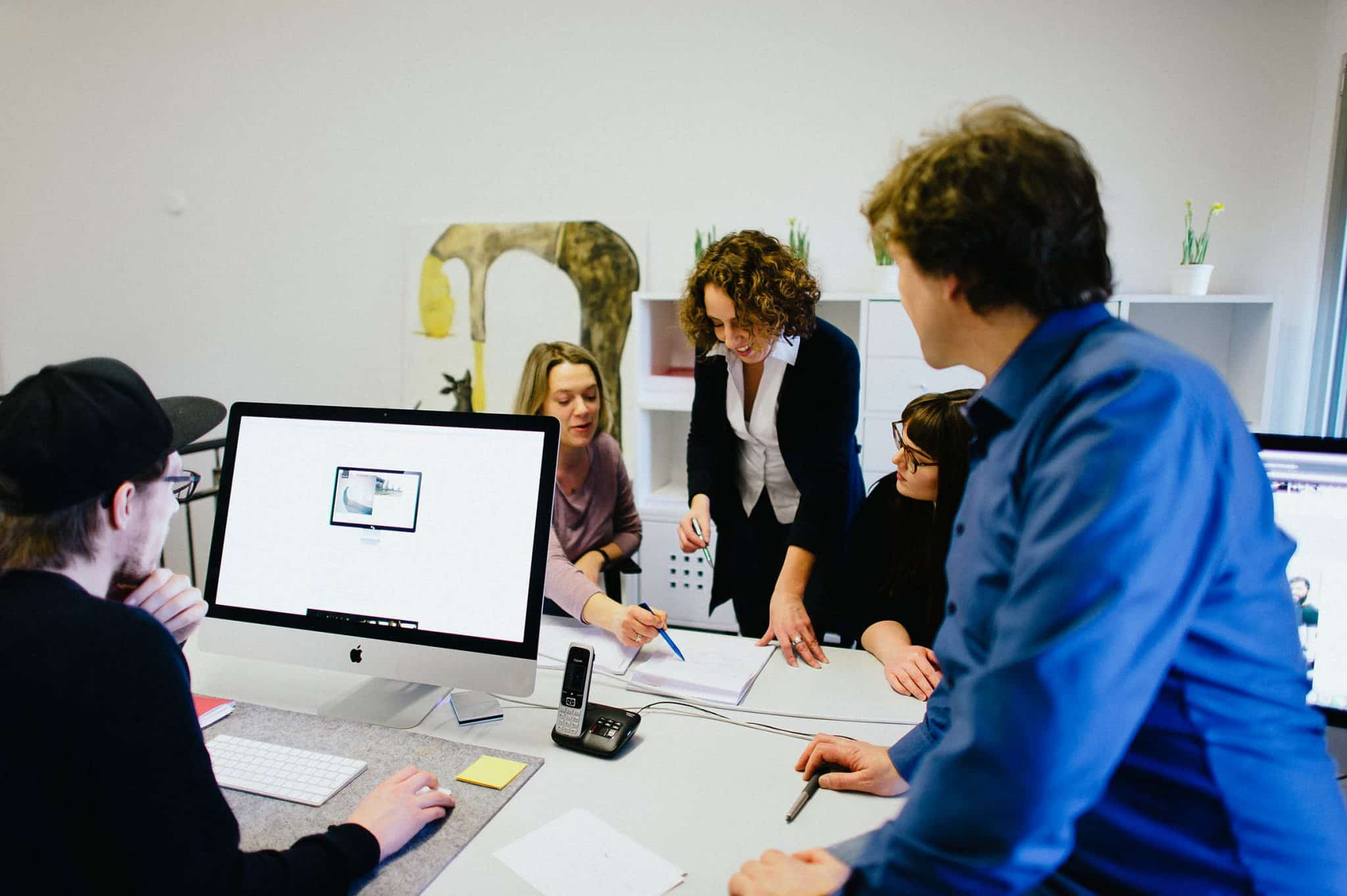 Ein Team der Agentur Heldenstreich arbeitet gemeinsam an einem Employer Branding Projekt