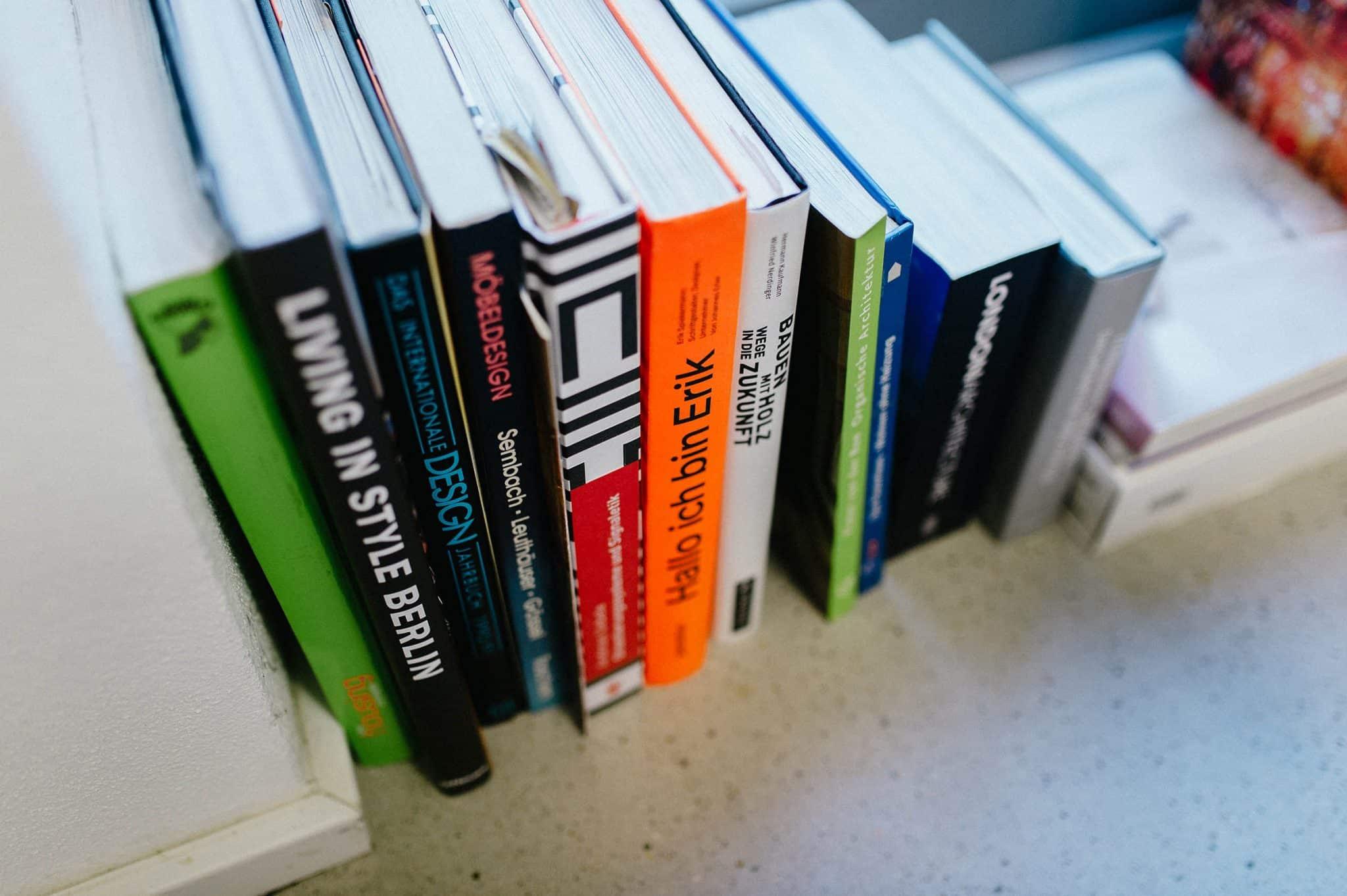 Agentur Heldenstreich Bücher zum Thema Employer Branding und Design stehen am Boden