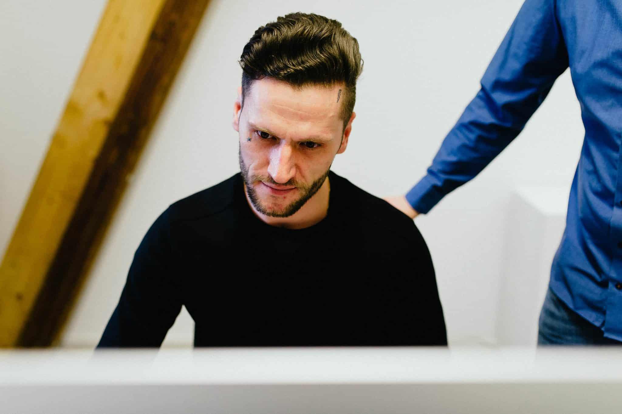 Designer der Agentur Heldenstreich arbeitet an einem Employer Branding Projekt