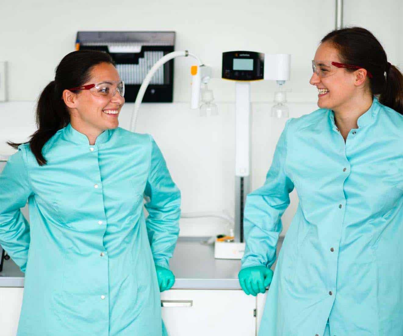 Zwei Mitarbeiterinnen Labor Pharma, Employer Branding für Excella, Pharma, Webdesign, Karriereseite, Social-Media, Recruiting