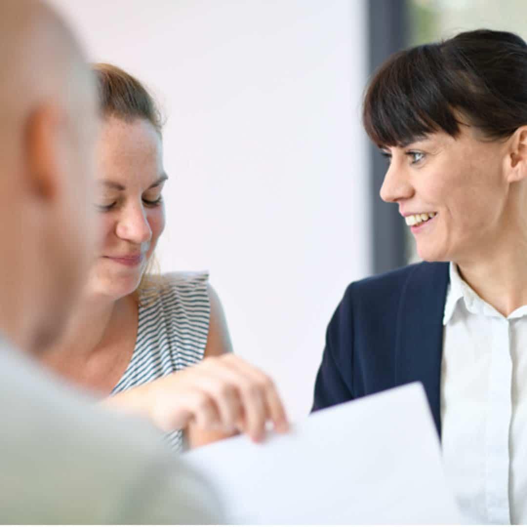 Mitarbeiter im Gespräch Recruiting-Kampagne König-Ludwig-Haus Würzburg, Employer Branding