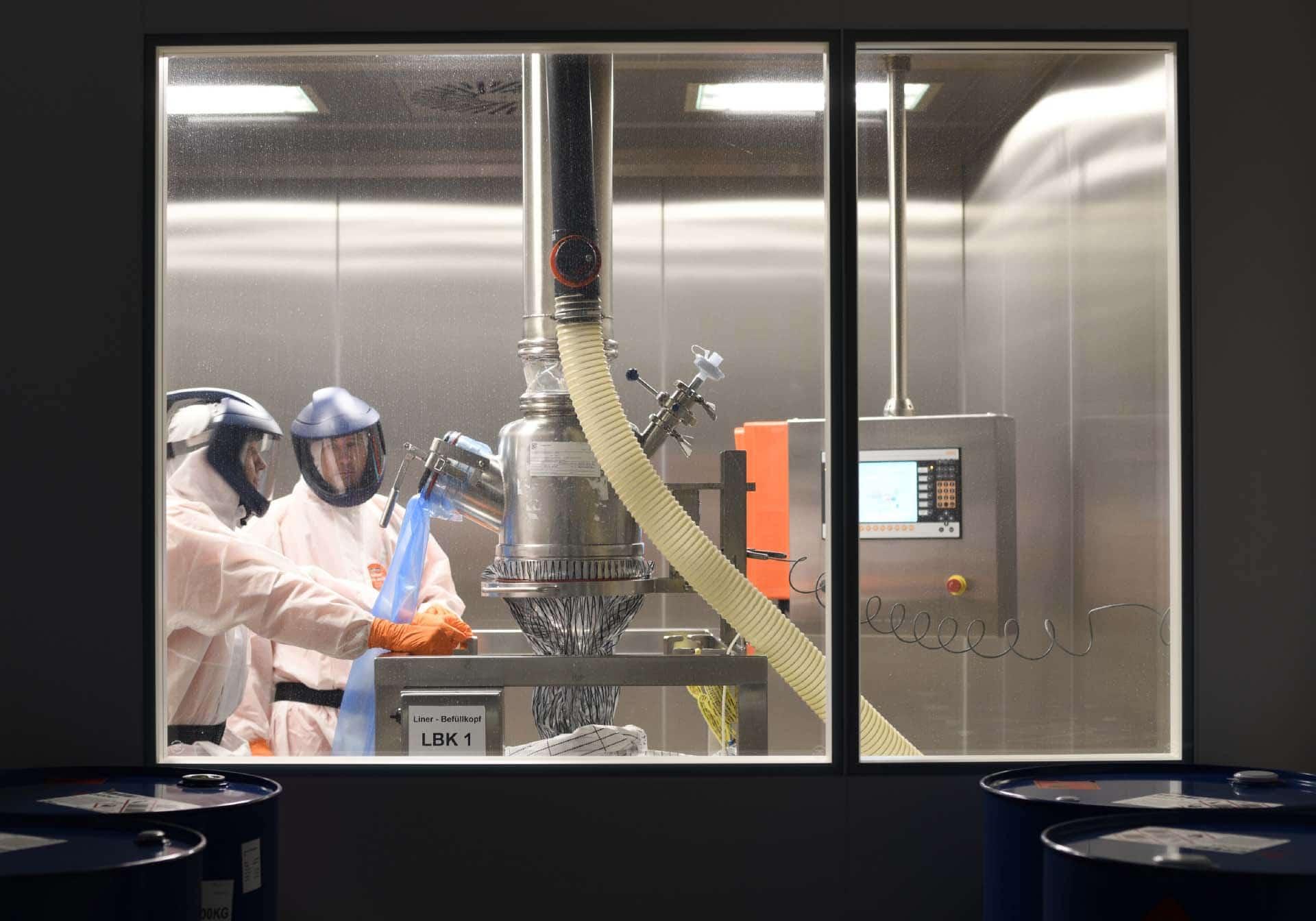 Zwei Mitarbeiter Produktion Chemie, Employer Branding für Excella, Pharma, Webdesign, Karriereseite, Social-Media, Recruiting