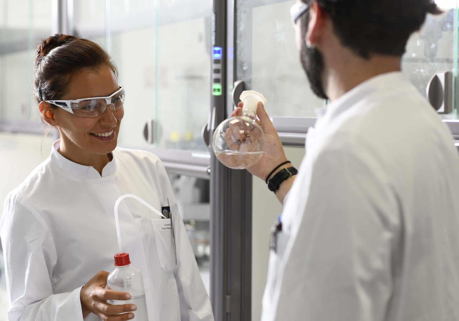 Zwei Mitarbeiter Labor Chemie, Employer Branding für Excella, Pharma, Webdesign, Karriereseite, Social-Media, Recruiting