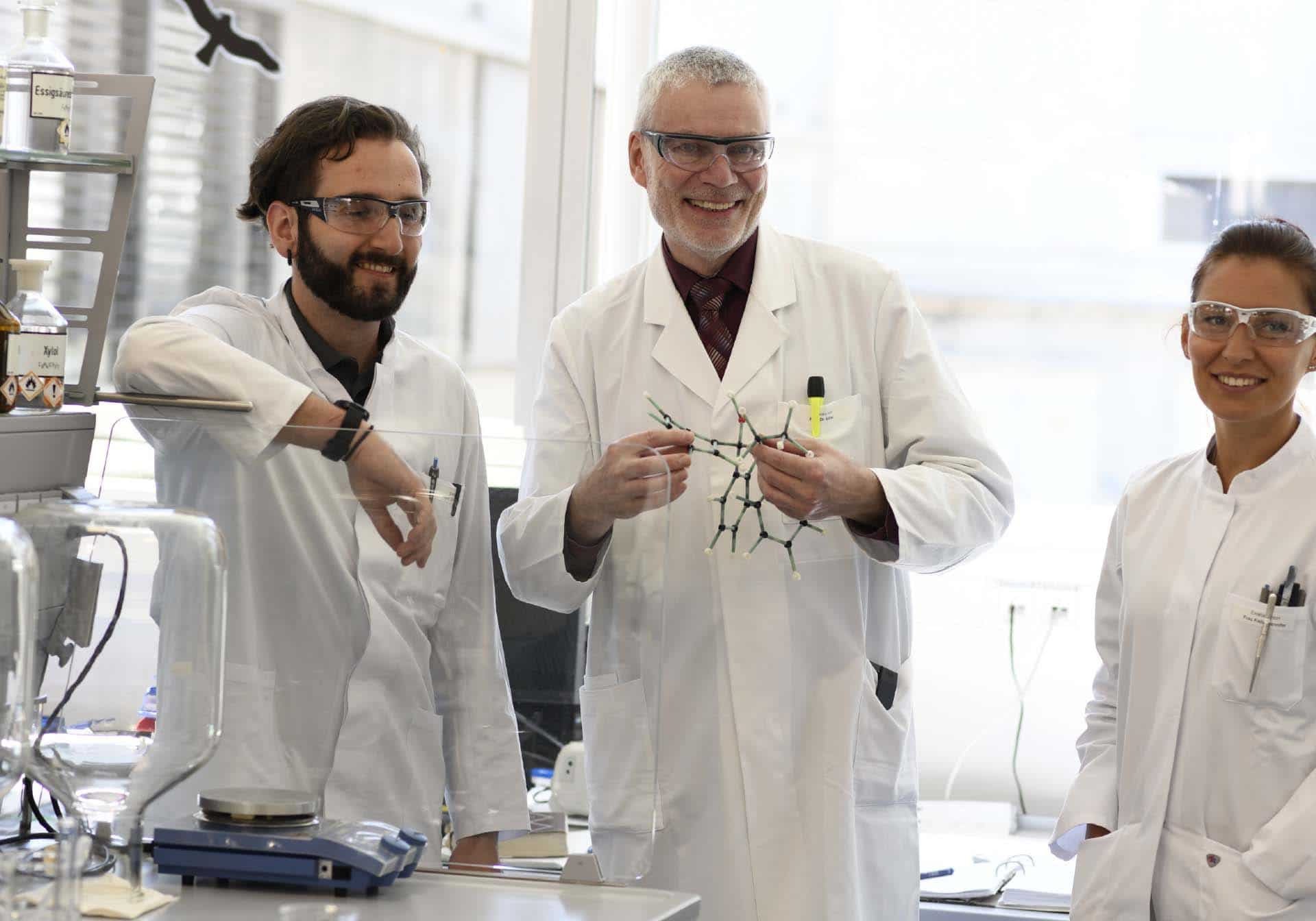 Drei Mitarbeiter Labor Chemie, Employer Branding für Excella, Pharma, Webdesign, Karriereseite, Social-Media, Recruiting