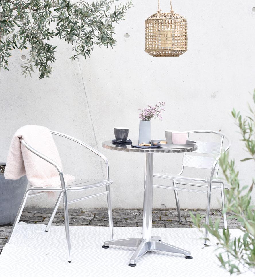 gedeckter Bistro-Tisch im Freien Outdoor-Möbel Fotoshooting Design