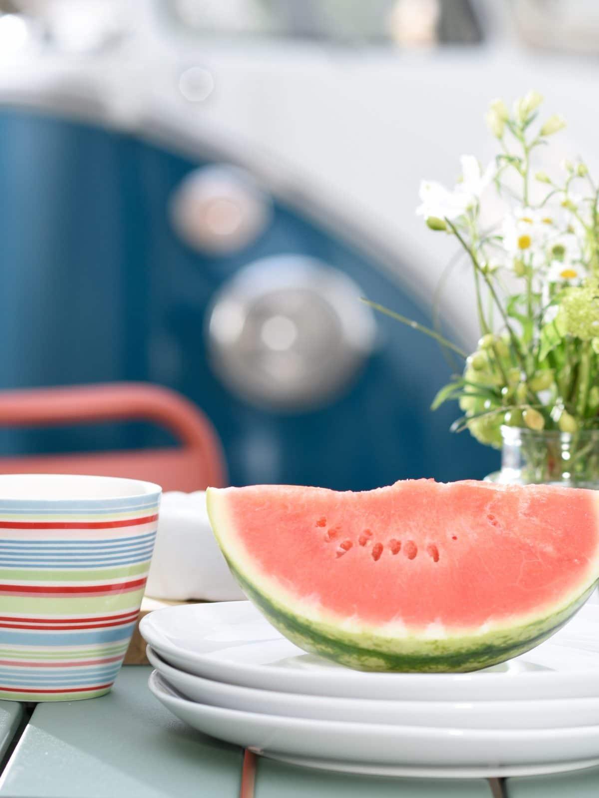 Beitragsbild gedeckter Tisch Outdoor-Möbel Fotoshooting Design
